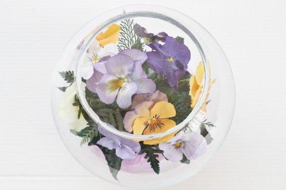 『季節の花たちをシリカゲルで乾燥加工して綺麗な色のままガラス容器内に一つ一つ丁寧に手作りで仕上げさせて頂きます。 ガラスの容器(ボトル)を密封することで5年以上(環境によっても変わります)そのままの美しいお色を保つ事ができます。 長くお色を保つために直射日光の当たらない場所に置いて下さい。 いつまでも変わらない・ほこりの心配もく拭くだけのボトルフラワーはお祝いの贈り物ギフト、プレゼント、仏花としても皆様に大変喜ばれています。 プリザーブドフラワーより長持ち!でナチュラルで自然なお色のお花です。…