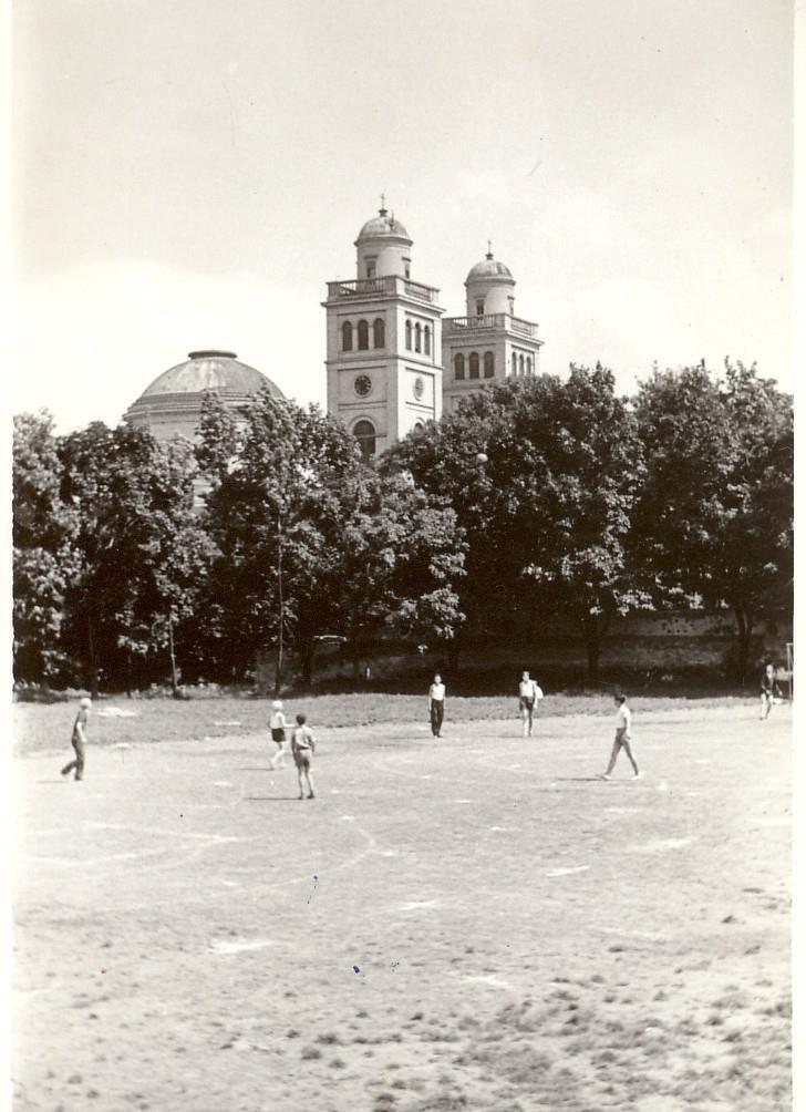 Eger, Fénykép az 1950-es évek végéről, amikor még salakos focipálya volt a mai Autóbusz-állomás helyén.