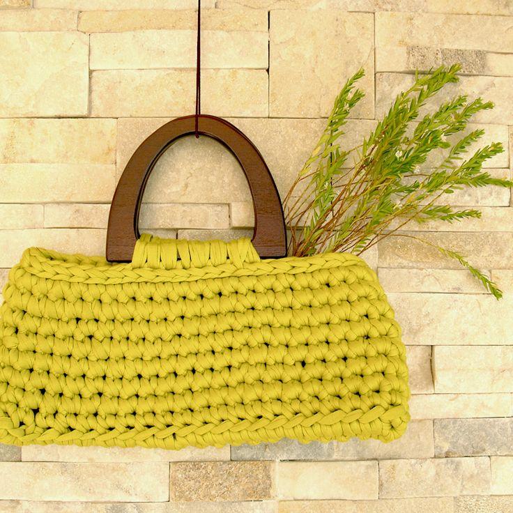 Resultado final: bolso cartera de trapillo con asas de madera