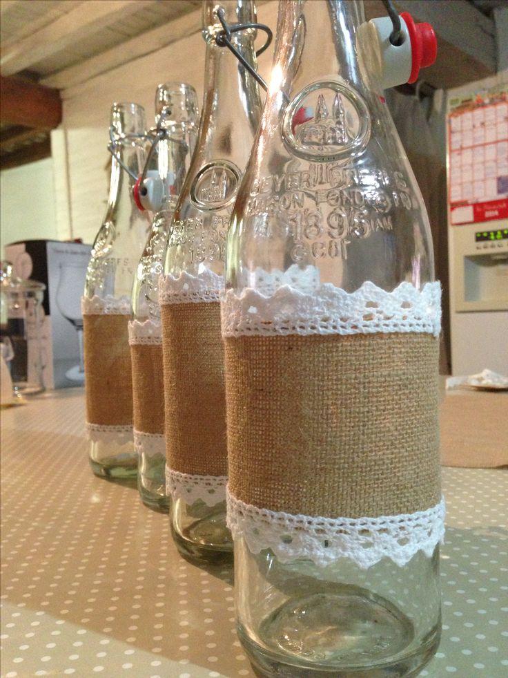 Botellas con adorno en arpillería y puntilla de algodón.