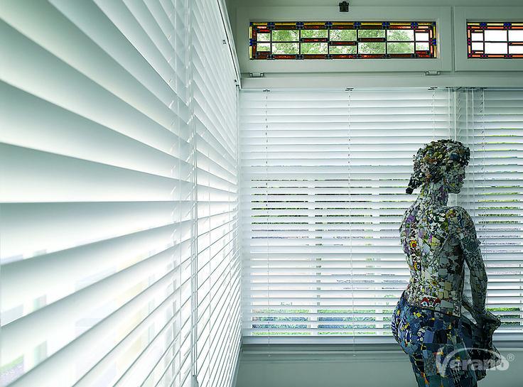 De #houten #jaloezieën houden de zonnestralen tegen en u behoudt toch een #licht huis.