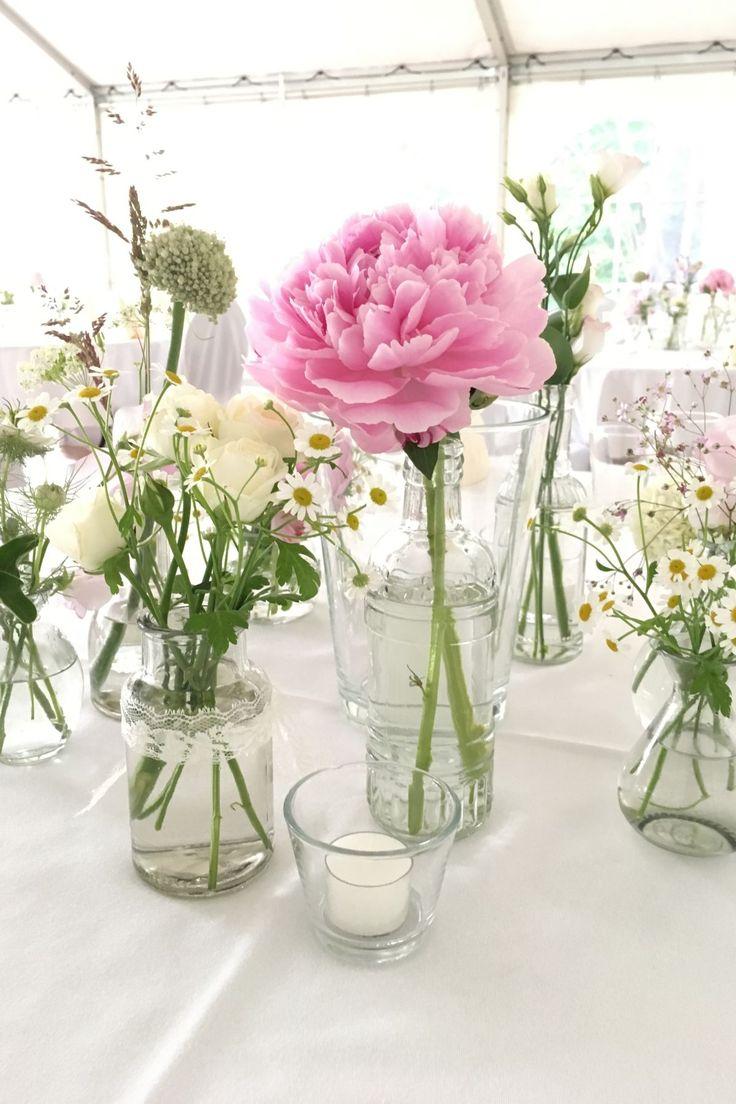 Tischdekoration für eine vitage Hochzeit. Viele kleine Vasen mit Spitzenband, P …   – Hochzeitsblümchen