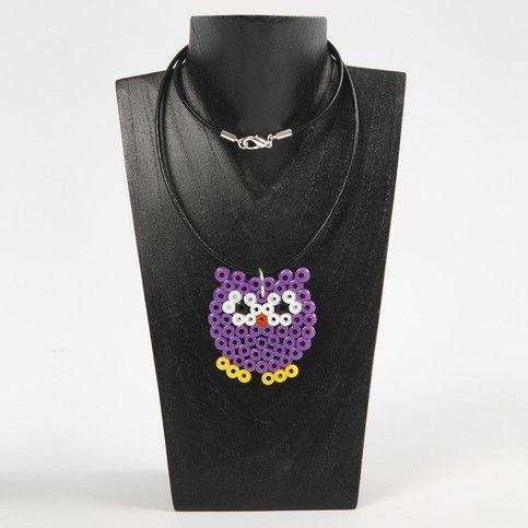 12539 Eine Halskette mit einem Hama-Perlen-Anhänger
