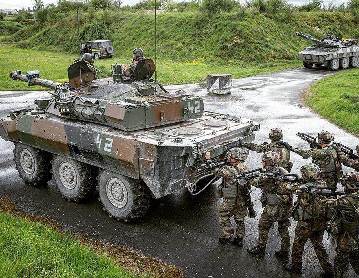 #MatosTerre chaque mercredi une fiche matériel ℹ Nom de code : AMX 10RC rénové Masse : 17 tonnes Longueur : 913 m Réservoir : 520 litres Équipage : 4 hommes  Armement : 1 canon de 105 m 1 mitrailleuse coaxiale de 762 mm Vitesse : 85 km/h sur route Surprotection leurre infrarouge embarqué (LIRE) caméra thermique Protégé par pressurisation et filtration de l'air Fidèles chevaux de bataille de la #cavalerie les #10RC ont subi une cure de rajeunissement afin de les maintenir à un niveau…