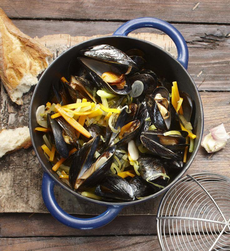 Die Miesmuscheln in Weißweinsoße sind umgeben von knackigem Gemüse. Eine Kombination, die nicht nur Bretagne-Fans lieben.