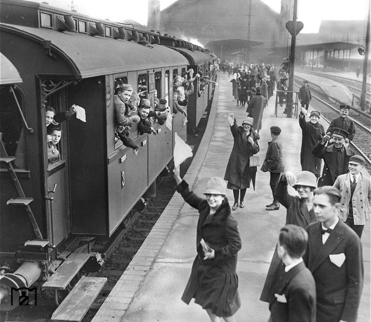 Stettiner Bahnhof (1931), outside platforms with train with children leaving.