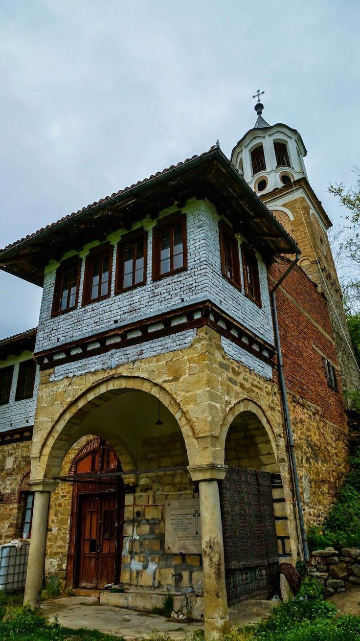 """Плаковският манастир """"Св. пророк Илия"""" се намира на около 2км от Къпиновския манастир, затова те често са наричани """"манастири-близнаци"""". Манастирът е разположен на около 20км от Велико Търново. Обявен е за паметник на културата в брой 51 на Държавен вестник от 1973г. Манастирът е бил основан по време на управлението на цар Иван Асен ІІ (управлявал 1218-1241г). На днешното си място светата обител .."""