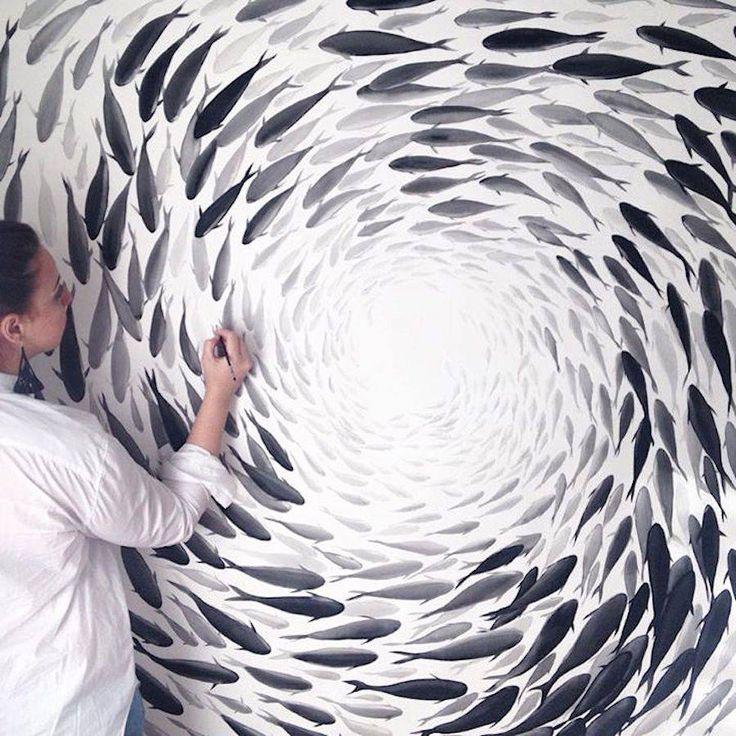 Индийская художница по керамике Нихарика Хукку (Niharika Hukku) родилась и выросла в Индии, много лет путешествовала, училась гончарному искусству и росписи у лучших художников по керамике и гончаров в Индонезии, Сингапуре и Новой Зеландии. Сейчас она живет в Сиднее, ей нравится простор и красота Австралии, где она может быть рядом с океаном и наблюдать за ним.