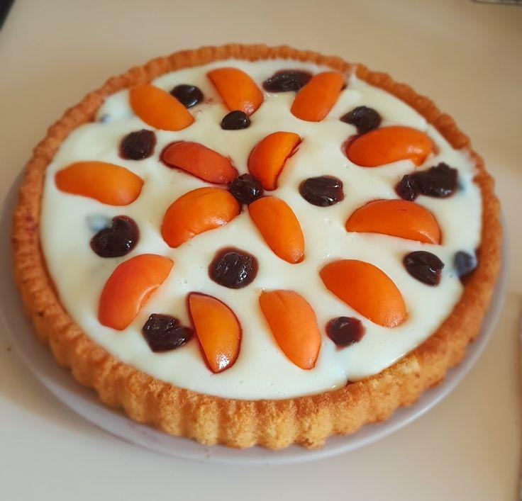 Apricot tart, with vanilla cream