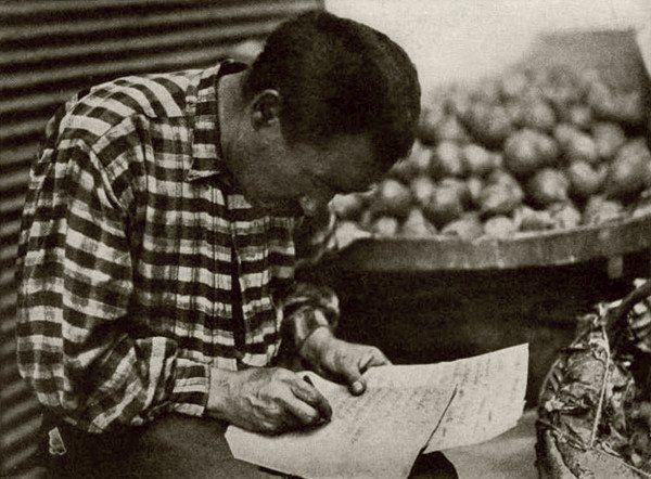 Okulda sınıflar haricinde dışarıda her yerde yeni harfleri kendi kendine öğrenenlere rastlamak mümkün. Sebze ve meyve satan manavda bunlardan biri. Yeni harfler sonrası Latin harflerle yazılı fazla kitap olmaması sebebiyle okullar bir kaç hafta geç açılıyor. 1929 yılı Harf Devrimi Sonrası Türkiye ~ Tarih Durağı