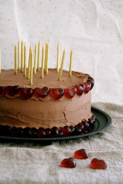 Mat På Bordet   Sjokoladekake med sjokoladeglasur – pyntet til fest!