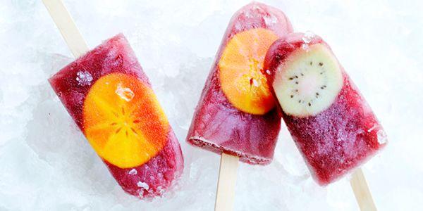 Metmooi warm zomerweer is hetheerlijk omzo veel waterijsjes te kunnen eten als je maarwilt! Datkan, met deze vier gezonde varianten. Fruit is ideaal voor het maken van gezonde waterijsjes. Dit zijn vier ideeën voor een verkoelend tussendoortje tijdens de warme dagen. Dehoeveelheid fruit is afhankelijk van hoeveel ijsjes je wilt maken: Aardbeien-muntijsjes een paar aardbeien…