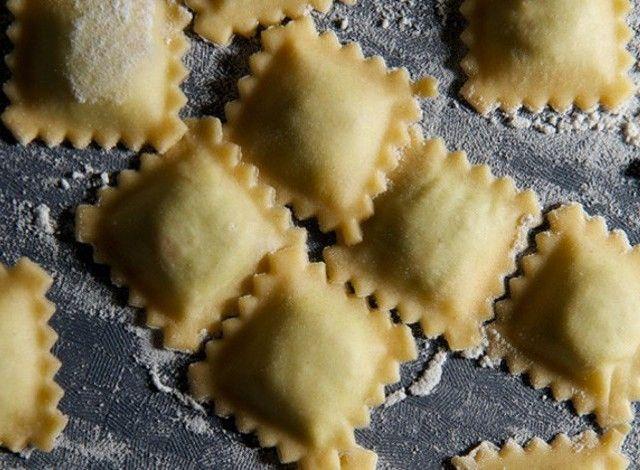 """Agnolotti: ravioli di forma quadrata tipici del Piemonte. Il ripieno varia moltissimo, ma la ricetta di base è composta da carne di manzo brasata, arrosto di maiale, coniglio, salsiccia, cervella, scarola, uova e parmigiano. Gli agnolotti si cuociono nel brodo, ma si mangiano normalmente asciutti conditi con sugo di arrosto. Anticamente per ammorbidire il ripieno si utilizzava risotto in bianco al parmigiano. Ne esistono varianti """"di magro"""" o con l'aggiunta di tartufo."""