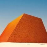 Американский скульптор и художник болгарского происхождения Христо Явашев, работающий в направлении лэнд-арт, намерен создать самую большую и одновременно самую дорогую скульптуру в мире, которая будет находиться в Абу-Даби