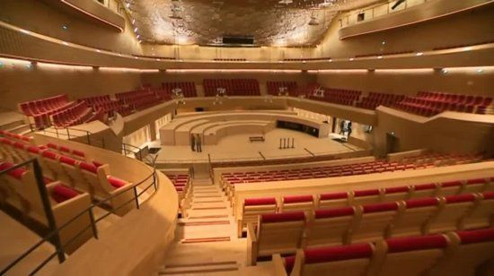 """Deux salles de concerts, la """"Grande Seine"""" dévolue aux spectacles d'envergure et l'Auditorium dédié au classique, dans un bâtiment conçu comme un vaisseau émergé sur l'Ile Seguin, là où s'élevait, pendant un siècle, l'usine Renault : la """"Seine musicale"""" ouvre ses portes ce 20 avril"""