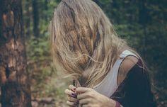 Les colorations abîment les cheveux, c'est pourquoi il vaut mieux, tant que possible, utiliser des produits naturels.  Découvrez l'astuce ici : http://www.comment-economiser.fr/eclaircir-ses-cheveux-naturellement.html