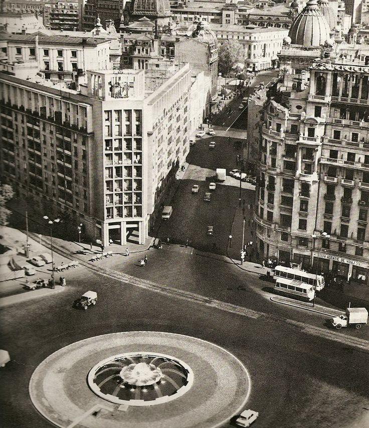 Actuala Piata Natiunilor Unite, fotografiata de pe terasa blocului Gioconda (capat de perspectiva pentru Calea Victoriei), in prima jumatate a anilor '70. Da, a existat o fantana arteziana. Da, pe acolo trecea o linie de tramvai. Da, pe amplasamentul actual al cladirii BCR se afla Hotel de France.  foto: George Serban