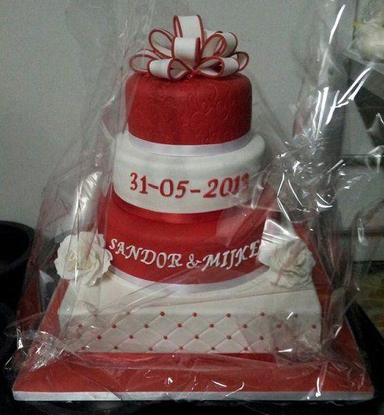Weddingcake square plus round, red, white, gumpaste rozes, bow, winter, bruidstaart, rood, wit, rozen, strik, vierkant plus rond
