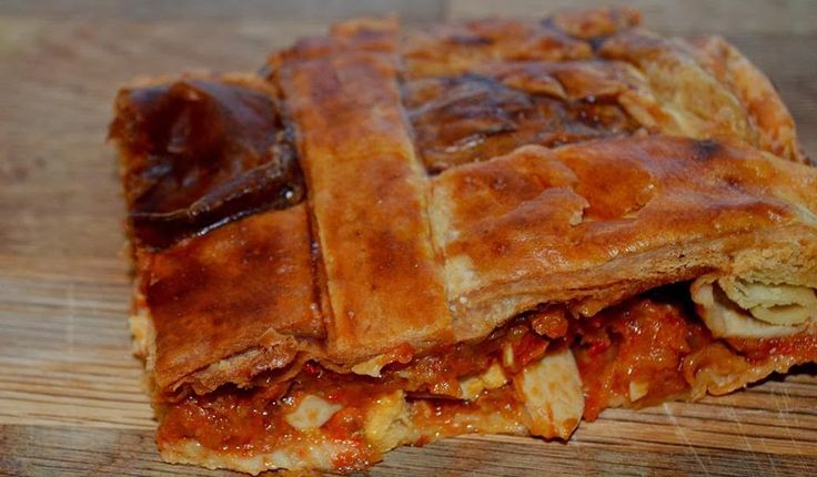 Empanada de hojaldre con pisto y atún
