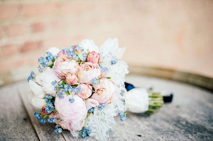 pastellfarbener Brautstraußin rosa und blau von Die Hochzeitsfotografen | Hochzeitsblog - The Little Wedding Corner