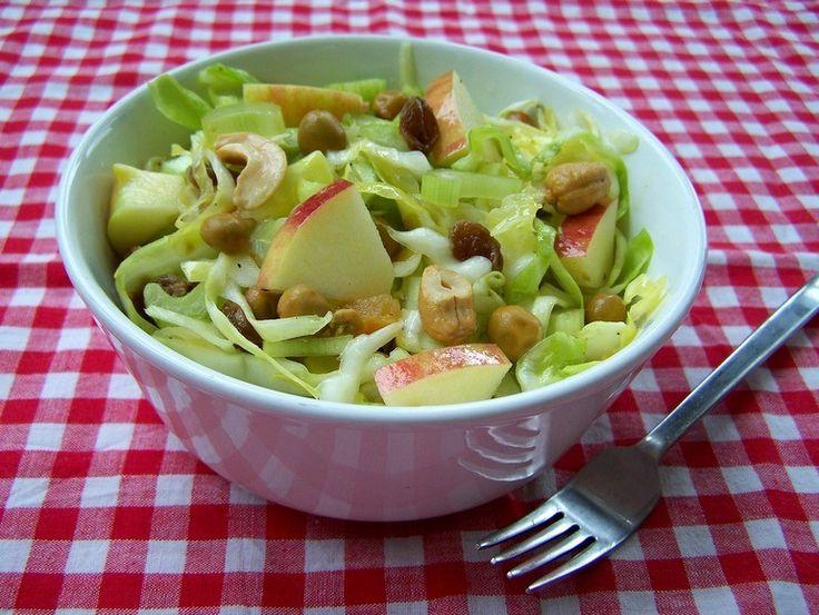 Zomerse koolsalade met capucijners, appel en gember (spitskool, appel, kapucijners, gember, bleekselderij, gedroogde abrikozen, rozijnen, olie, citroensap)