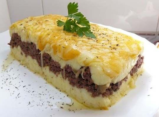 INGREDIENTES:  •1 Kilo de papa sancochada y cortada en rodajas finas, 100 grs. de tocino y frito, 150 grs. de jamón picado, 2 cebollas medi...