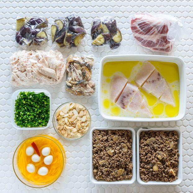 夕食の支度は少しでも手間を省きたいもの。時間をかけずにバランスのいいメニューがパパッと作れたらいいですよね。そこでオススメなのが「週末下ごしらえ」。週末にまとめて下ごしらえをしておけば、平日はたった10分で2品作ることも可能! しかも下ごしらえは超簡単♡ ラクしておいしい食卓を作る方法をご紹介します。