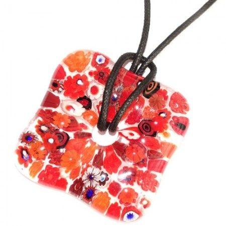 Heldere rode glashanger met gedetailleerde rood gekleurde bloemen van millefiori glas. Vierkante glazen hanger voor aan een koord of veter.