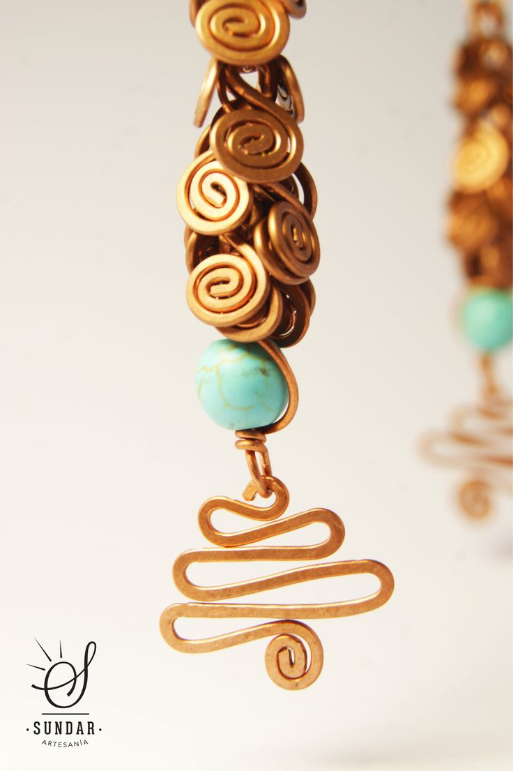 Aro de cobre con piedra turquesa. 8 cm de largo.