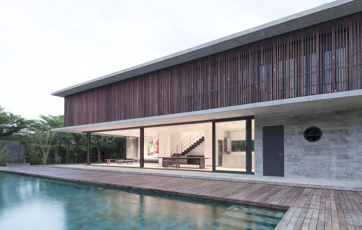 Construído pelo Architectkidd na , Thailand com superfície 300.0. Imagens do Luke Yeung. Próxima da costa leste do Golfo da Tailândia, esta casa está configurada com bases nas condições tropicais do sudeste...