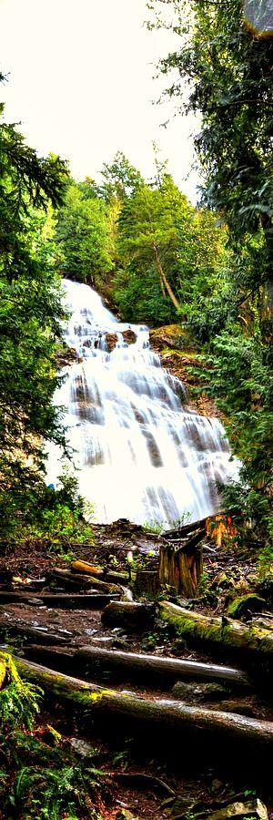 Svadobné Veil Falls, Britská Kolumbia    Bridal Veil Falls Provincial Park sa nachádza na diaľnici Trans-Canada len východne od Rosedale, British Columbia, Kanada, časť mesta Chilliwack. Spoločenstvo Bridal Falls sa nachádza v blízkosti padákov a park bol rovnako ako výmena medzi Trans-Kanada a BC diaľnice 9 a má celý rad služieb cestovného ruchu na diaľnici.