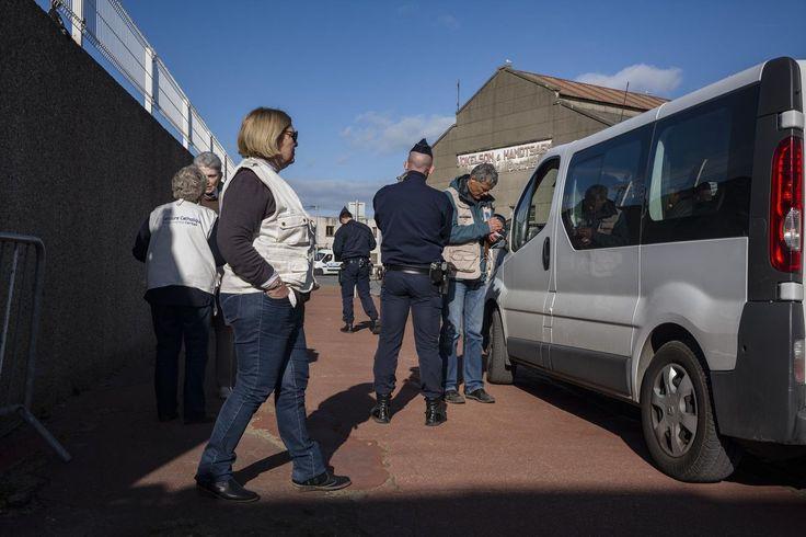 Vincent De Coninck, chargé de mission du Secours catholique dans le Pas-de-Calais, détaille l'acharnement policier dont sont victimes les exilés dans le Calaisis. Trois unités supplémentaires de forces mobiles. Voici la première décision du nouveau ministre de l'Intérieur, Gérard Collomb, sur le dossier des migrants dans le nord de la France. Quelque 150 policiers et gendarmes seront déployés très prochainement dans le Calaisis, où le nombre d'exilés, comme tous les ans à cette pé...