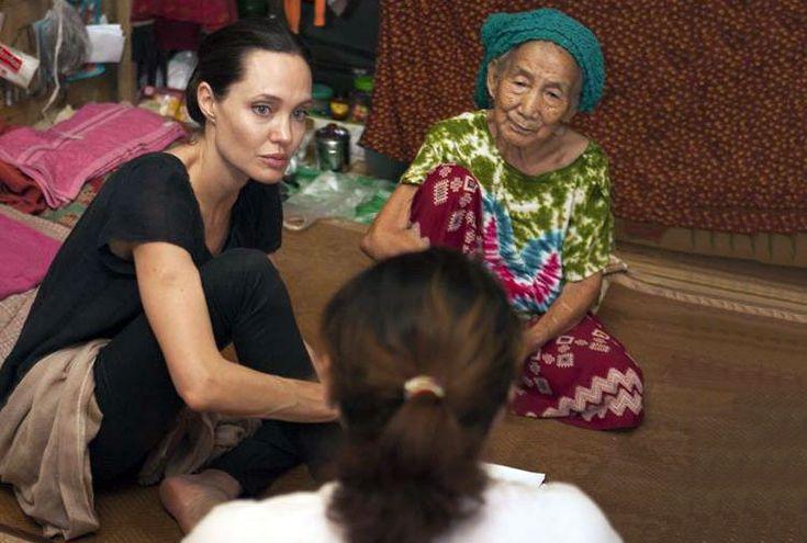 Enviada especial do ACNUR, Angelina Jolie Pitt  em Myitkyina, no estado de Kachin, Mianmar, encontrou com algumas das 100 mil pessoas deslocadas que atualmente vivem lá. Foto: ACNUR / T.Stoddart