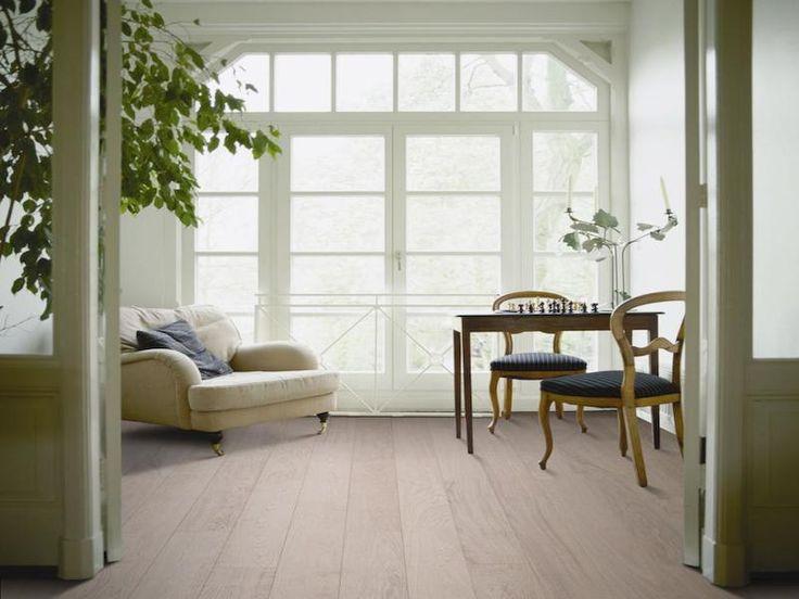 Lamett CÉZANNE Natural  Lamett CÉZANNE je nová řada dubových dřevěných podlahovin s lehce rustikálním tříděním, s kratšími lamelami v laku. Nosnou desku podlah tvoří HDF Lamett CÉZANNE je nová řada dubových dřevěných podlahovin s lehce rustikálním tříděním, s kratšími lamelami v laku. Nosnou desku podlah tvoří HDF deska, nášlapná vrstva je 2 mm. Lamely jsou lehce kartáčované s podélnou maxifází. Podlahy této kolekce jsou vhodné pro podlahové vytápění…