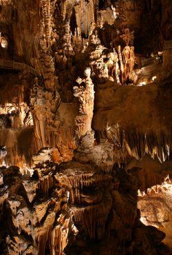 """Culture: Grottes Des Demoiselles: """"Fairy caves"""" Vous pouvez se promener a travers les grottes."""