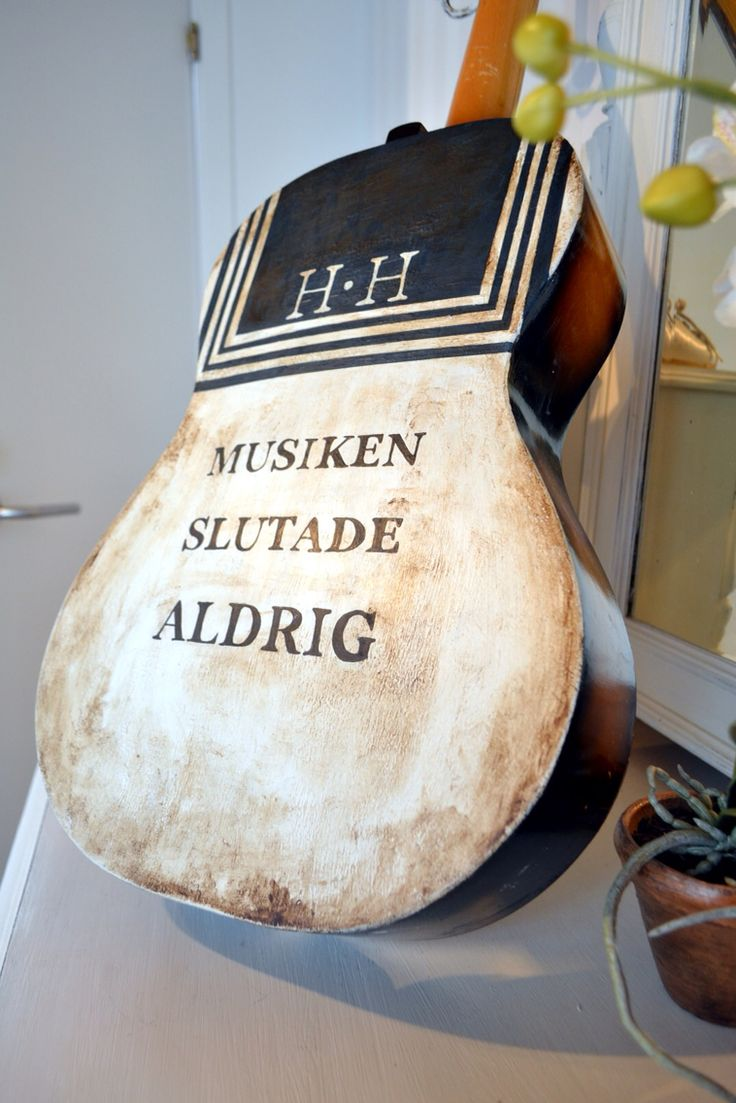 Gitarr målad i Annie Sloan Chalk Paint. #håkanhellström #chalkpaint #artbyafo