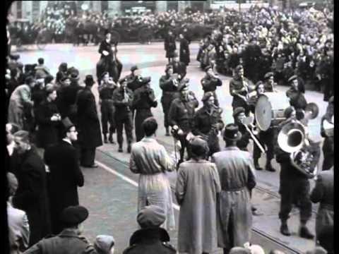 Eerste intocht na de oorlog in Amsterdam 1945, geholpen door de vele Canadezen die Zwarte Piet speelden en reden met hun Jeeps. in dit filmpje zien we ook weer vele Spaanse edellieden.