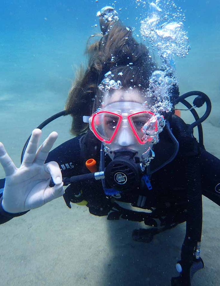 Practicing hand signals on the PADI Discover Scuba Diving with Manta Diving Lanzarote in the Canary Islands