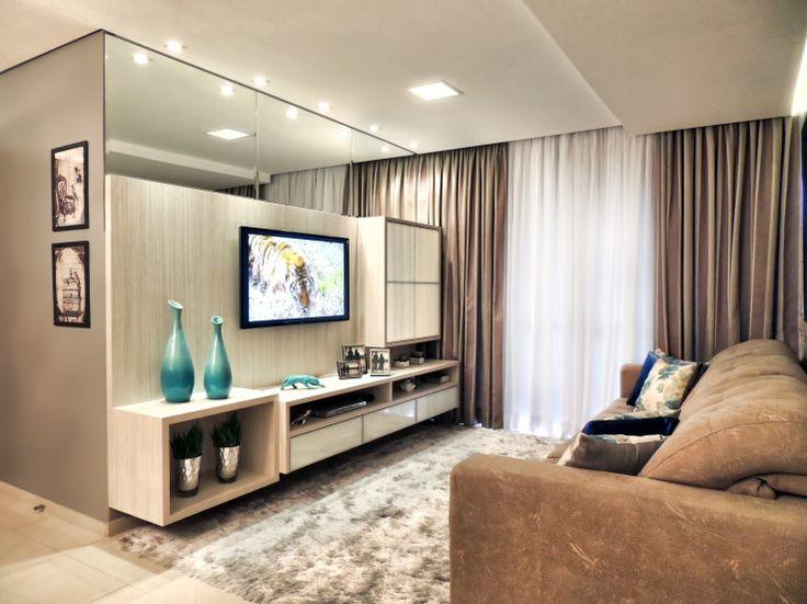 Painel sala, detalhe do espelho na parte superior dando amplitude ao ambiente.