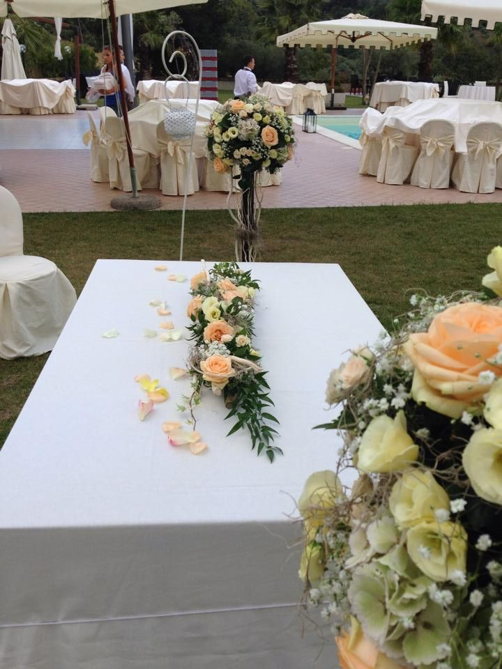 white, peach and ivory flowers for this simbolic ceremony in a private villa near Rome!