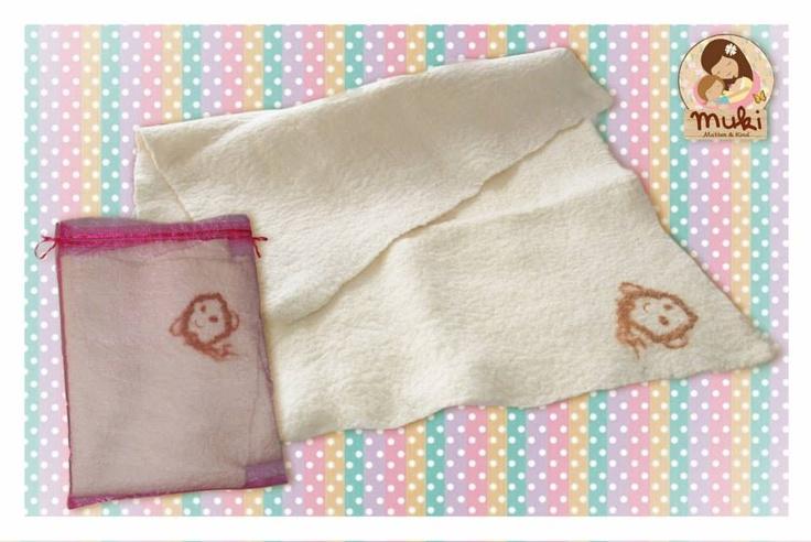 Manta de lana de oveja 100% natural, confeccionada completamente a mano con técnica de vellón (lana de oveja sin hilar) amasado. El motivo está teñido con cebolla, no contiene tintes. $30.000