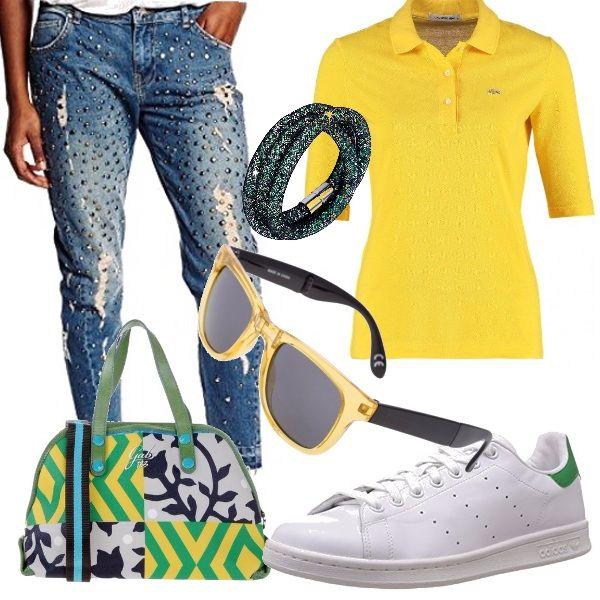 I jeans non tramontano mai, sono un indumento versatile, da usare in outfit sportivo o elegante. In questo caso i jeans sono impreziositi da pietre ma il tutto è reso sportivo dalle Adidas e dalla Gabs multicolor.