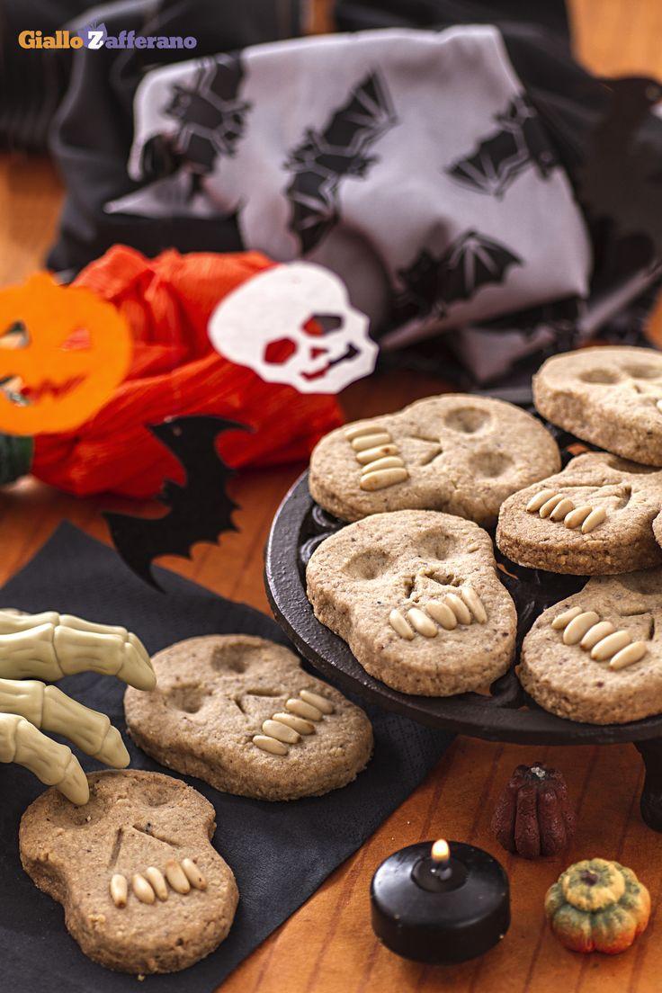 I #BISCOTTI TESCHIO sono un dolcetto simpatico per festeggiare #Halloween con tutto il gusto della frolla di nocciole. #ricetta #GialloZafferano: http://ricette.giallozafferano.it/Biscotti-teschio.html