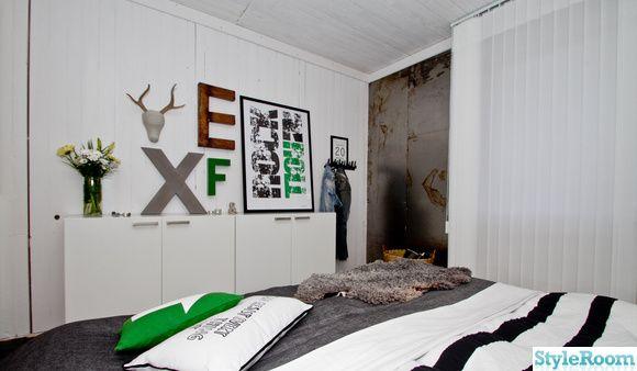 sovrum,renovering,svart,vitt,säng,tapet,trägolv,plåt,belysning,råplan,jtp-design,bokstäver