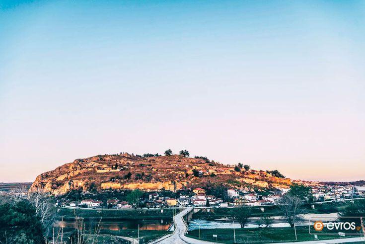 Στο Διδυμότειχο κοιτώντας το θρυλικό κάστρο των Διδύμων Τειχών, στο λόφο Καλέ.
