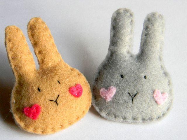 Tout petits lapins en feutrine, parfaits pour apprendre la couture, et si mignons ;)