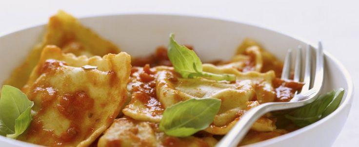 Ravioli ripieni di carne 100% piemontese, conditi con pomodoro fresco e basilico.