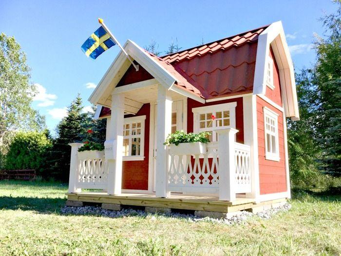 Lekstuga Saltängen Large (29 900 kr) med tillvalen Dörr med fönster (500 kr), Mellanpaketet innehållande takpanneplåt, blomlådor, fågelholk och öppningsbart fönster (6 500 kr) = 36 900 kr komplett. (omålad.) Här har kunden målat den i vit, valt röd takpanneplåt. Här har kunden målat den i faluröd kulör.