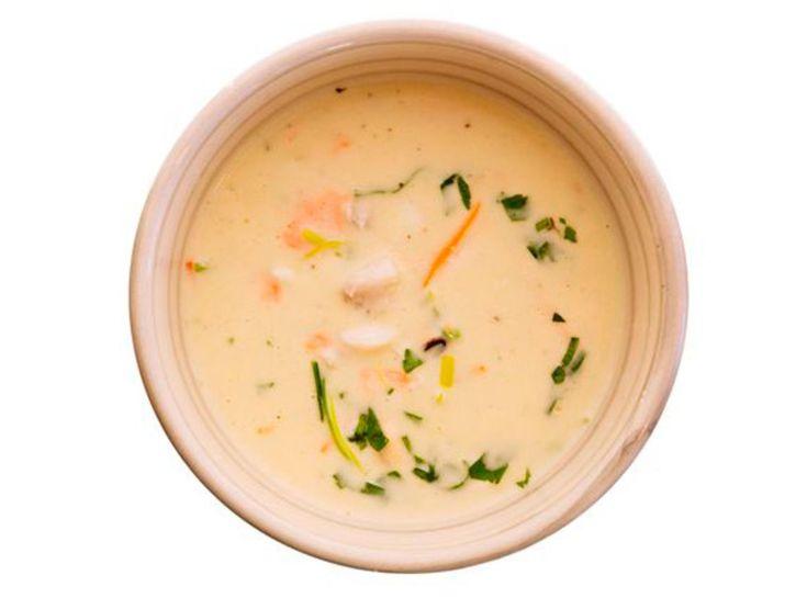 God kraft er nøkkelen til en god suppe. Hurtigkraften i denne suppa lager seg på et kvarters tid, og koketid til suppen i alt er på en halv time. Kraften kan utmerket godt lages på forhånd. Bruk den fisken du ønsker – men det er fint å ha både hvit og rød fisk, og det er fint å ha forskjellige smaker og konsistenser.Kilde: Adresseavisen. Foto: Kim Nygård