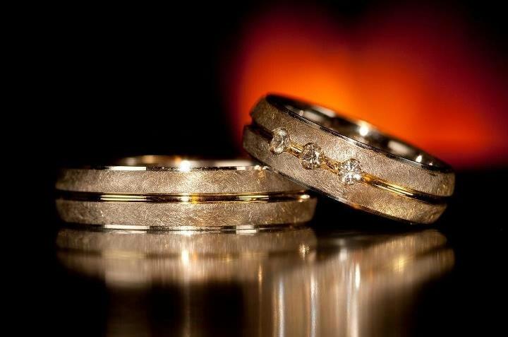 Unas hermosas argollas de matrimonio con un lindo detalle en diamante para la argolla de la chica.